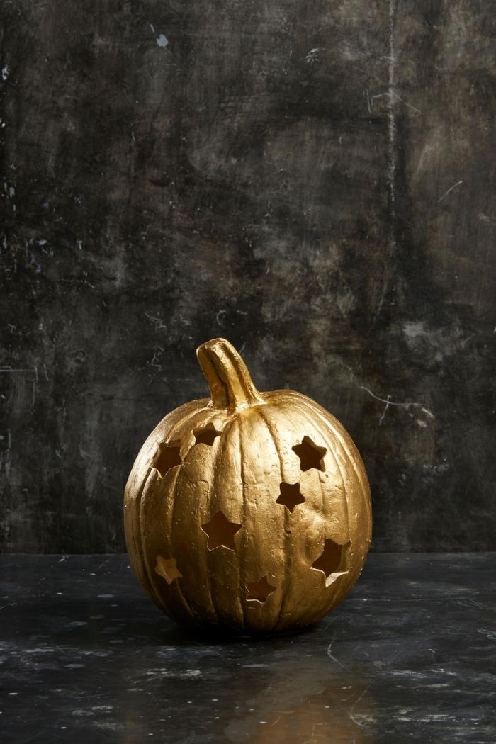 goldener kürbis halloween, herbstdeko basteln, diy laterne mit sterne