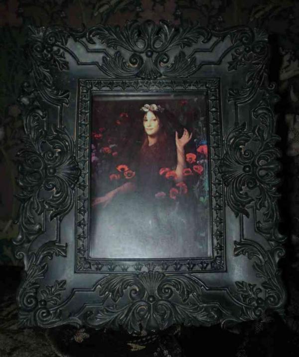 gothic-bild-an der schwarzen wand