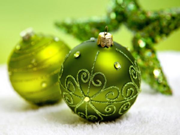 grüne-Dekoration-für-den- Weihnachtsbaum-Ornamenten