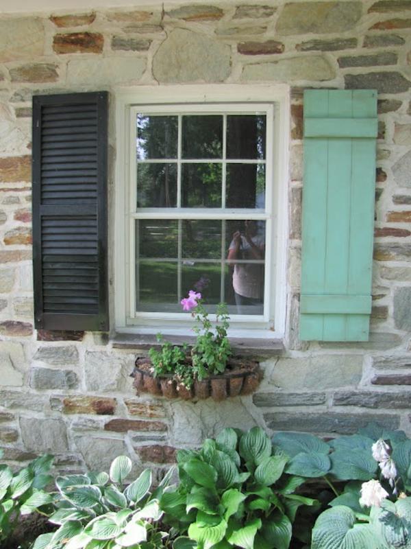 grüne-tolle-Fensterlaeden-aus-Holz