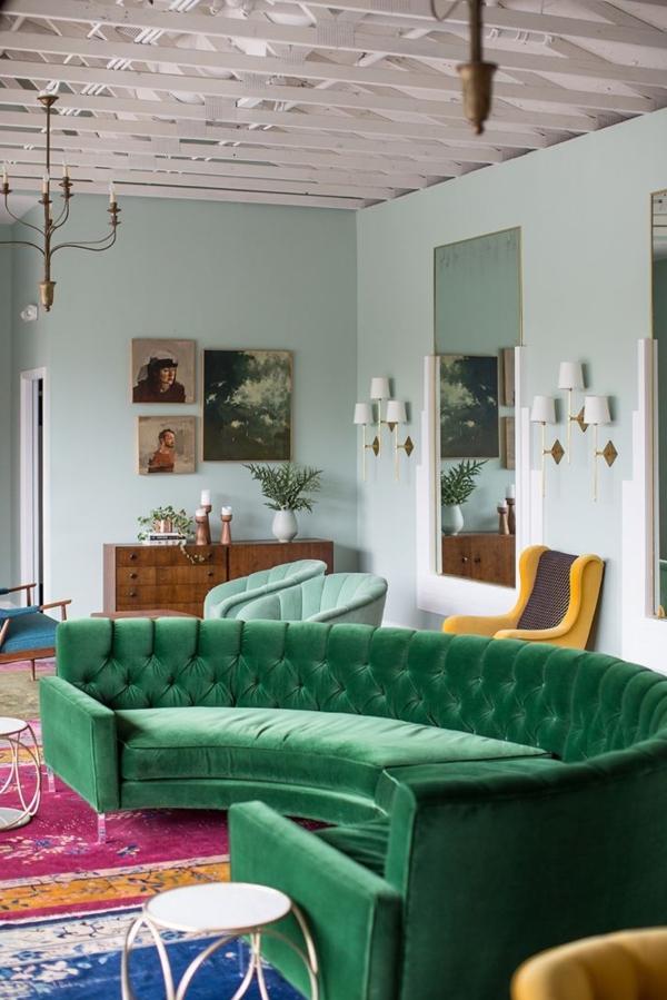 grünes-Sofa-in-halbrunder-Form-