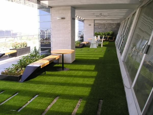große-Terrasse-mit-künstlichem-Gras-Idee