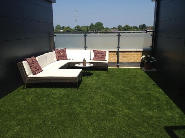 große--Terrasse-mit-künstlichem-Gras-Lounge-Möbel