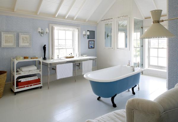 großes-badezimmer-mit-einem-badezimmerfenster-im