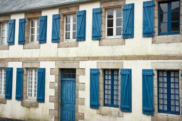 hölzerne-Fensterläden-in-blauer-Farbe