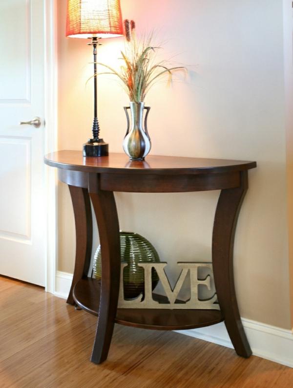 hölzerner-Tisch-in-halbrunder-Form-im-Zimmer