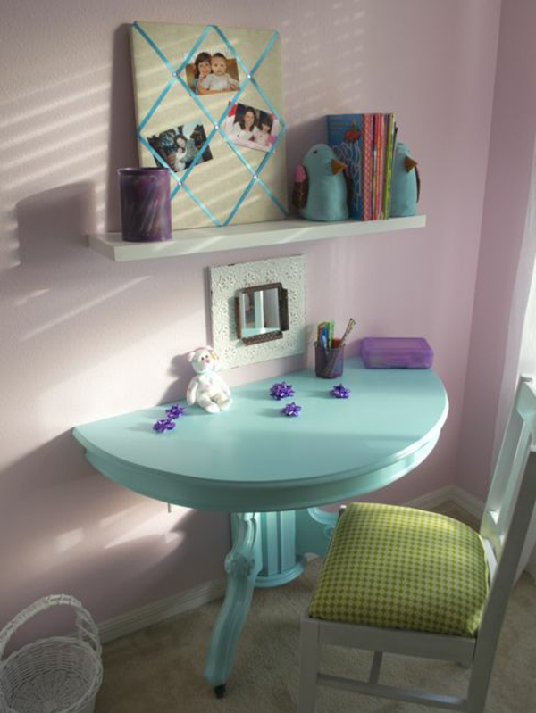 halbrunde-Tische-hellblaue-Farbe-Kinderzimmer