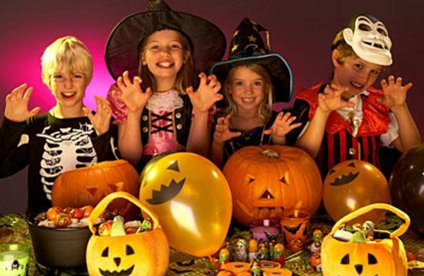 halloween-kinderparty-kinder-in-lustigen-kostümen