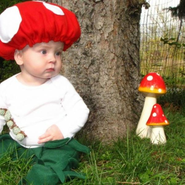 halloween-kostüme-für-kinder-ein-baby-wie-eine-pilze-aussehen