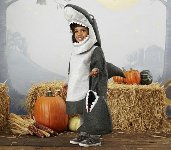 halloween-kostüme-für-kinder-junge-wie-einen-hai-verkleidet