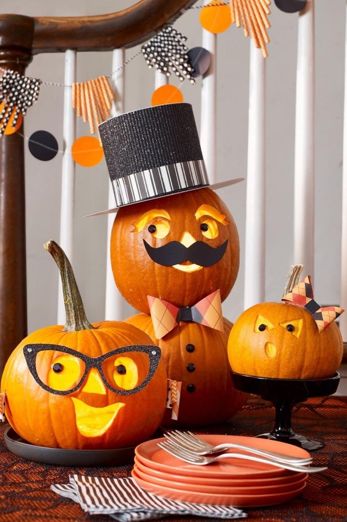 halloween kürbis gesichter, harbst deko ideen, kürbisgesichter schnitzen, familie