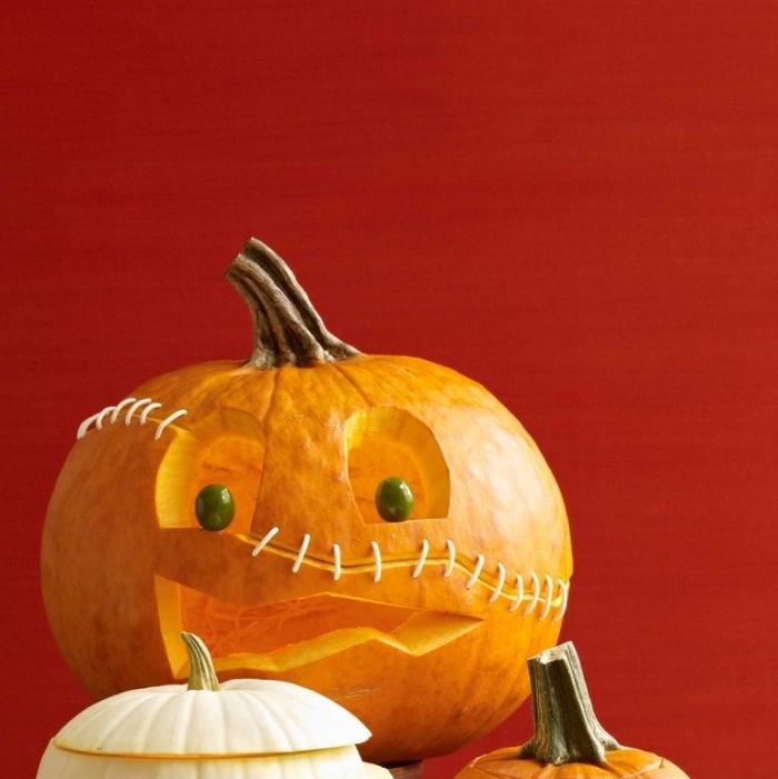 halloween kürbis gesichter schnitzen, schnitzideen kürbisgesichter, augen aus oliven, harbstdeko