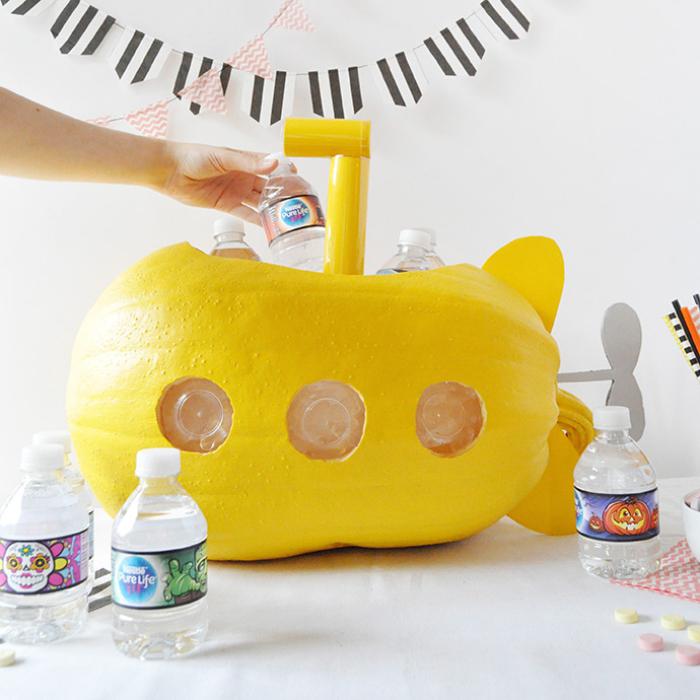 halloween kürbis schnitzen, gelbes boot, flaschen mit wasser, halloweenparty ideen
