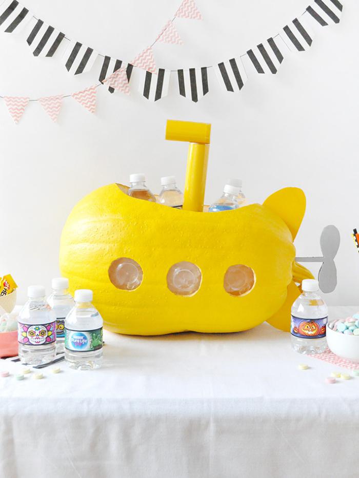 halloween kürbis schnitzen, partydeko ideen, gelbes unterseeboot, kleine flaschen wasser