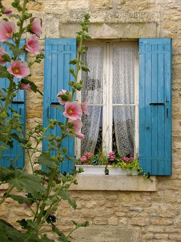 hellblaue-tolle--Fensterlaeden-aus-Holz
