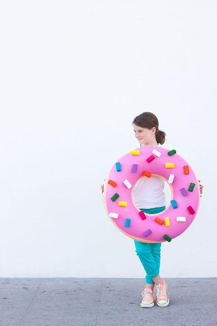 inspiration halloween kostüm kinder mädchen pinker donut mit streuseln diy verkleidung halloween mädchen braune haare converse sneakers blaue hose halloween kostüme für kinder