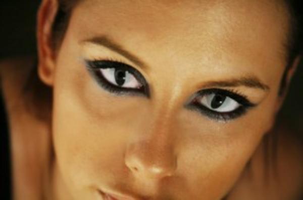 interessante-kontaktlinsen-für-halloween-schönes-schminken