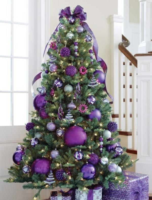 interessanten-Weihnachtsbaum-schmücken-Lila