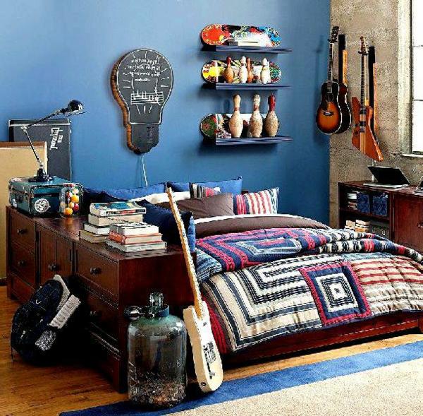 Tapeten Jugendzimmer Fu?ball : blaue wand und eine gitarre im kreativ gestaltetem jugendzimmer