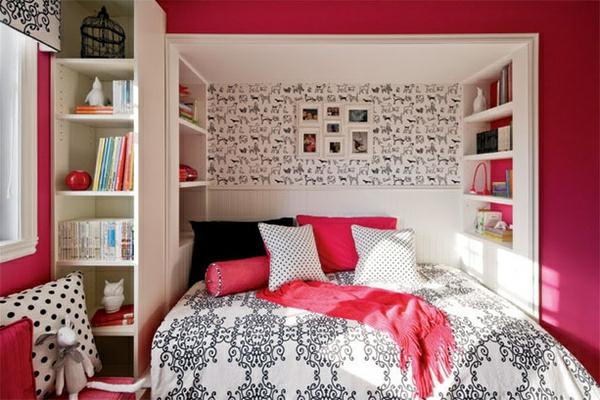 jugendzimmer-einrichten-weiße-und-rosige-kissen
