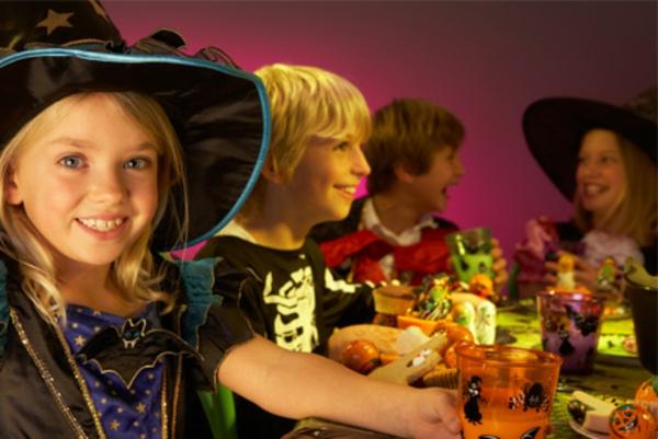 kinder-haben-spaß-zum-halloween
