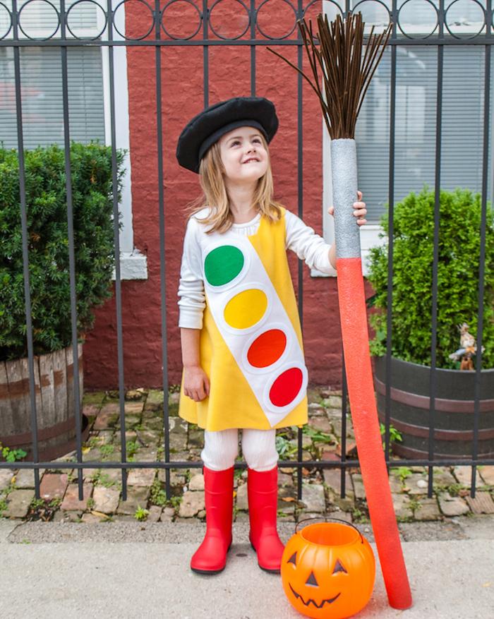 kinderkostüm halloween mädchen aquarell farbkasten französische baskenmütze großers pinsel originelle ideen verkleidung kostümparty inspo