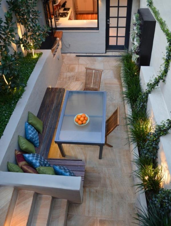 kleiner-Balkon-mit-Eckbank-Tisch.und-Stühlen