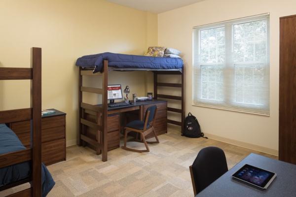 kleines-studentenzimmer-mit-einem-bett-auf-zwei-etagen