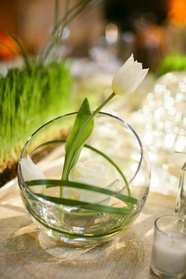kreative-Tischdekoration-mit-weißen-Tulpen
