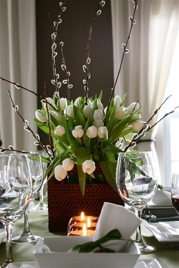 kreative--Tischdekoration-mit-weißen-Tulpen-Idee
