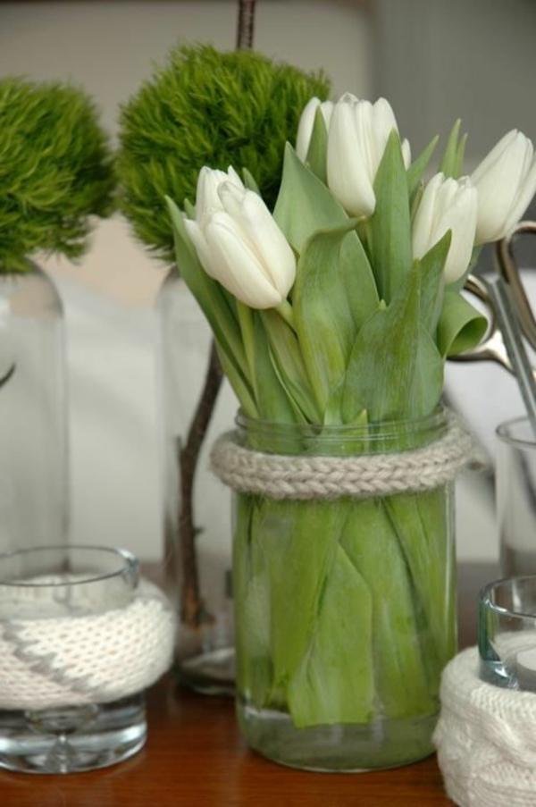 kreative-Tischdekoration-mit-weißenTulpen