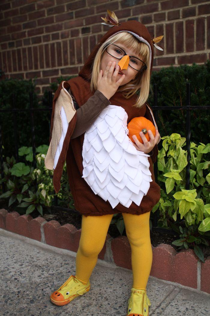 kreative halloween kostüme für kinder mädchen im eulen kostüm selbst gemacht braun mit weißen federn gelbe strumpfhose kleiner kürbis