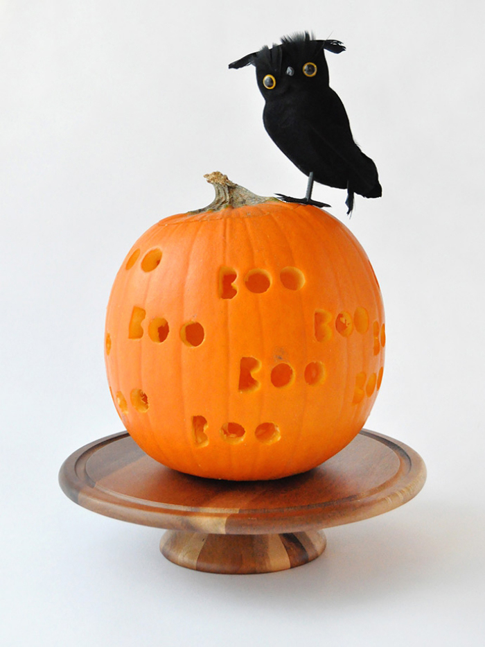 kprbis aushöhlen, schwarzer vogel, kürbisdeko ideen, halloween dekoideen, boo