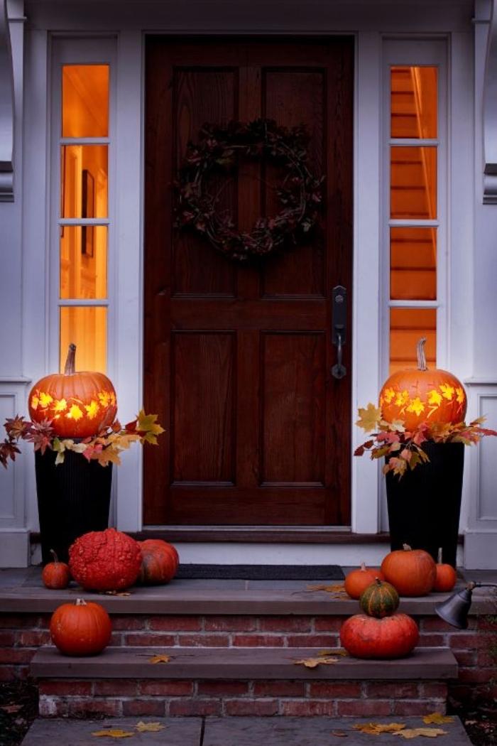 halloween deko ideen, kürbis aushöhlen, laternen aus kürbissen, herbstblätter