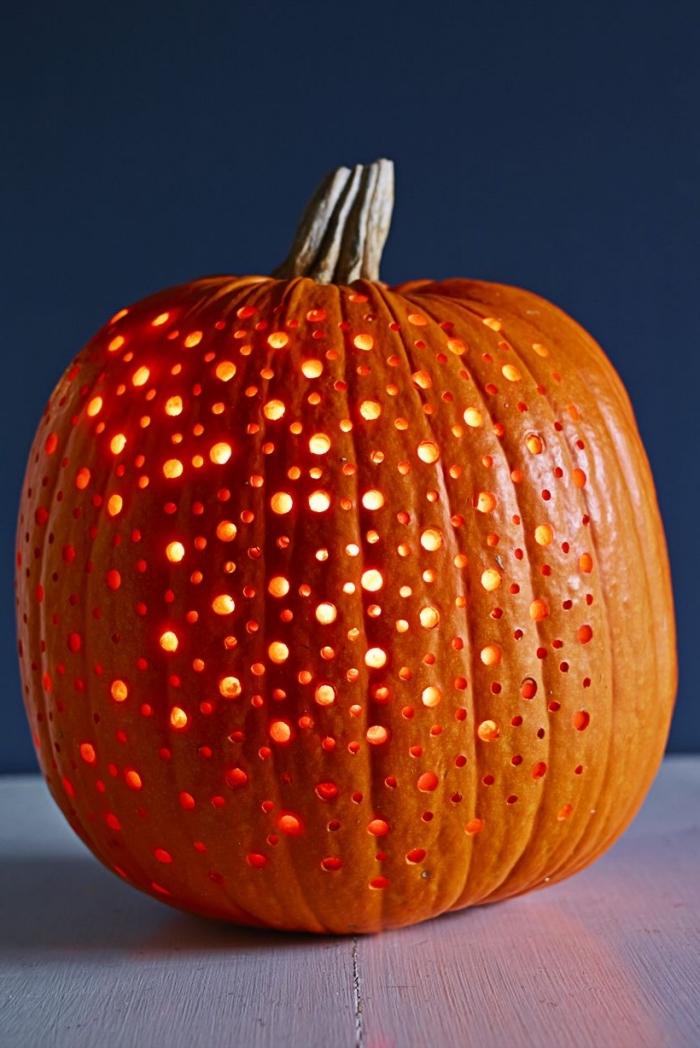 kürbis aushöhlen, laternen basteln, halloween deko selber machen, polka dot