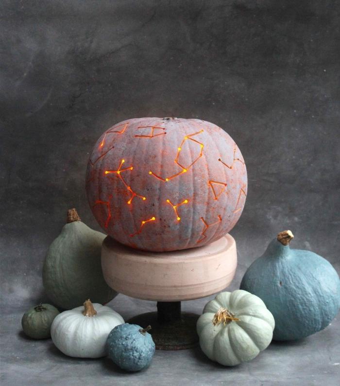 kürbis aushöhlen, halloween deko basteln, sterne, dekoideen herbst, kürbisdeko