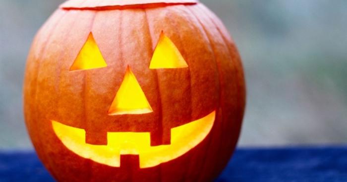 kürbis gesicht schnitzen, gartendeko halloween, laternen basteln, dreiecke