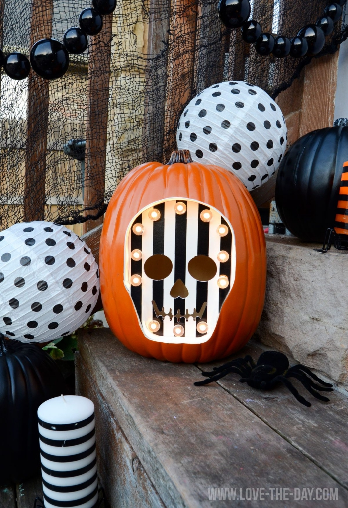 kürbis gesicht, treppendeko halloween, kürbisgescihter shcnitzen, diy laterne, totenkopf