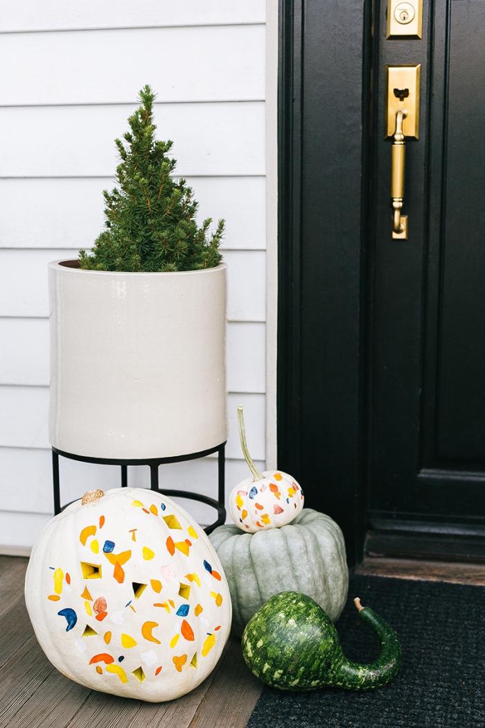 kürbis halloween, deko selber machen, selbstgemachte laternen, türdeko ideen
