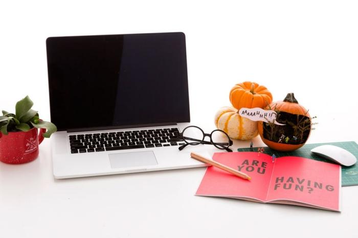 kürbis halloween, schreibtisch deko ideen, diy spiel, kleine menschen, halloweendeko