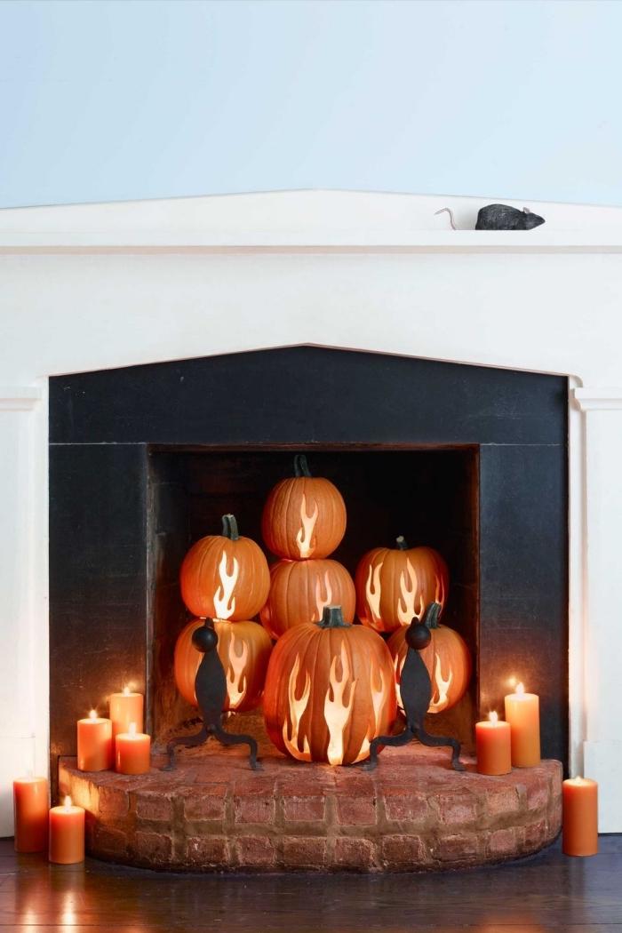 kürbis schnitzen bilder, kamin dekorieren zum halloween, herbstdeko mit kürbissen und kerzen, feuer