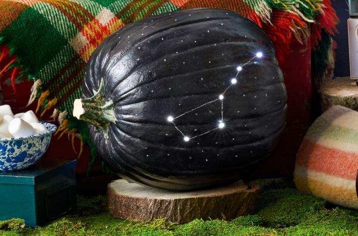 kürbis schnitzen bilder, herbstdeko ideen, galaxy kürbisdeko, halloweendeko, sterne