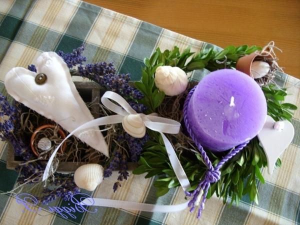 lavendel-deko-lila-kerze-am-tisch