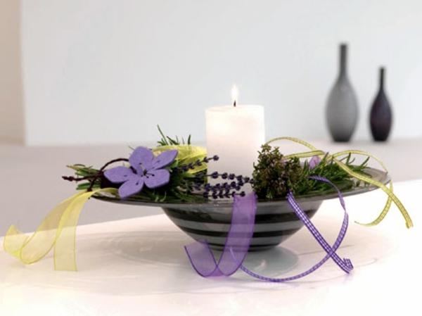 lavendel-deko-mit-einer-kerze