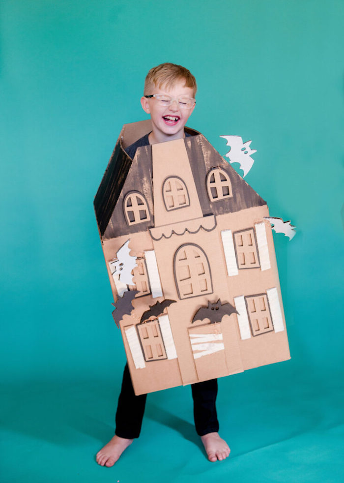 lebkuchen spuckhaus aus karton basteln einfache halloween kostüme jungs verkleidetes blondes kind mit brillen
