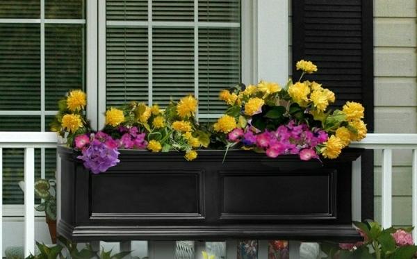 lila-weiße-Blumen-Blumenkasten-Balkon-Gestaltung-Ideen-Blumenkasten für Balkon