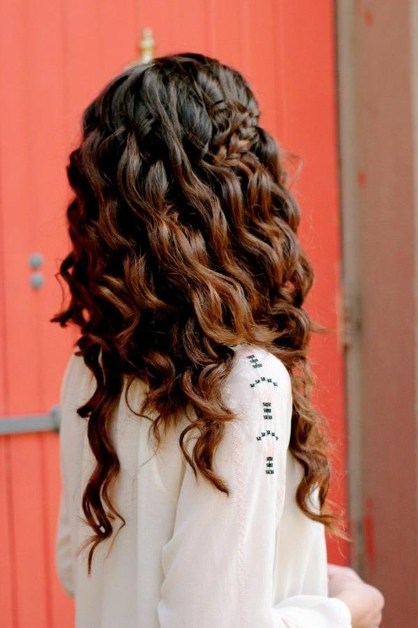 lockiges-Haar-moderne-Frauenfrisur-braunes-Haar