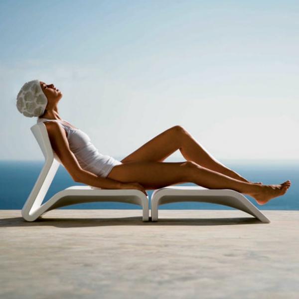 lounge-möbel-outdoor-eine-frau-auf-einem-liegestuhl