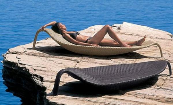 lounge-möbel-outdoor-eine-hübsche-frau-liegt-auf-einem-liegestuhl