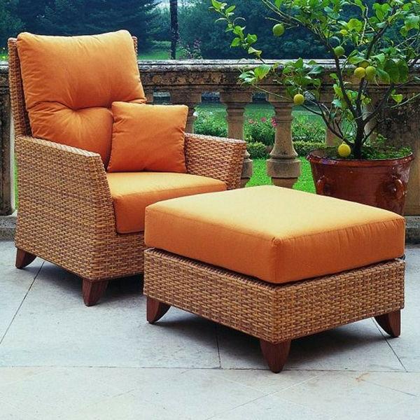 lounge-möbel-outdoor-orange-sessel-mit-einem-hocker